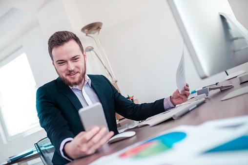 Empresário visualizando Catálogo de Prêmios Digital